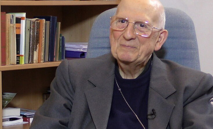 Padre Bartolomeo Sorge nel suo ufficio