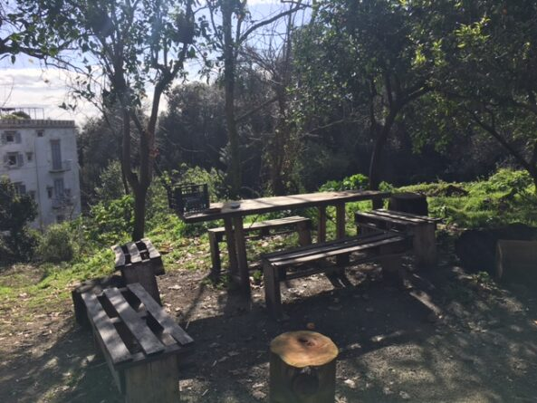 Tavolo e panche all'aperto